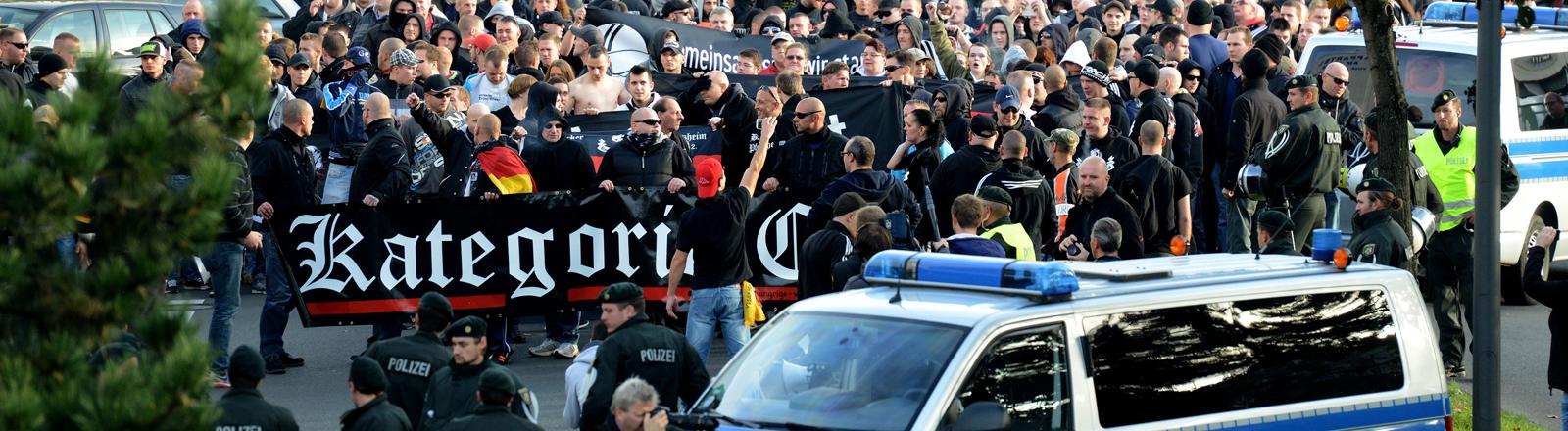 """Demonstranten laufen am 26.10.2014 in Köln (Nordrhein-Westfalen) während einer Demonstration von Hooligans bei der Aktion """"Gemeinsam gegen Salafismus"""" durch die Innenstadt."""