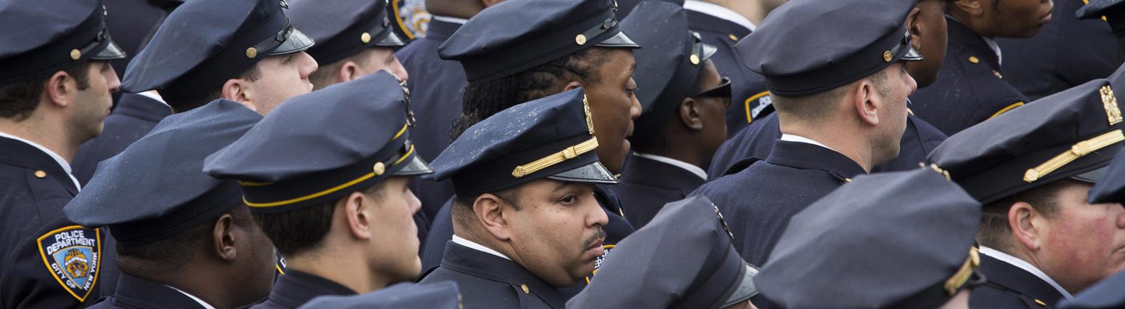 New Yorker Polizisten bei der Beerdigung ihrers Kollegen Wenjian Liu auf dem Aievoli-Friedhof in Brooklyn, New York.