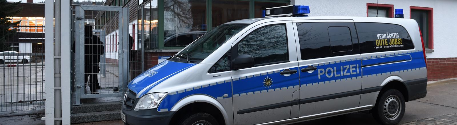 Ein Fahrzeug der Polizei steht am 05.01.2016 vor einer Erstaufnahmeeinrichtung in Chemnitz-Einsiedel (Sachsen).