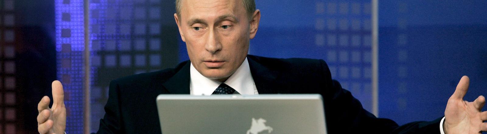 Wladimir Putin vor einem Laptop