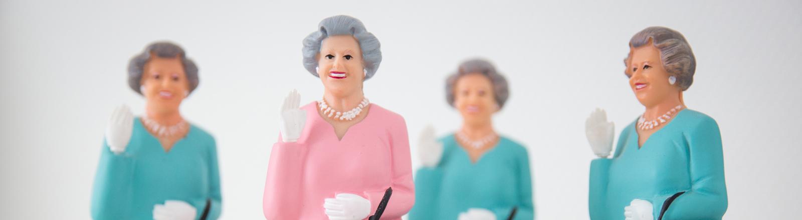 Kleine Figuren, die die britische Königin Queen Elizabeth II darstellen, stehen am 07.04.2016 in Hamburg auf einem Regal in den Räumen der Produktionsfirma des Adelsexperten Rolf Seelmann-Eggebert.
