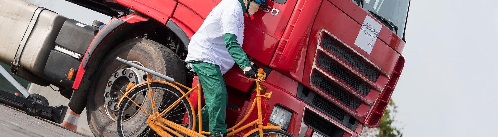 Ein Dummy-Radfahrer crasht gegen einen LKW