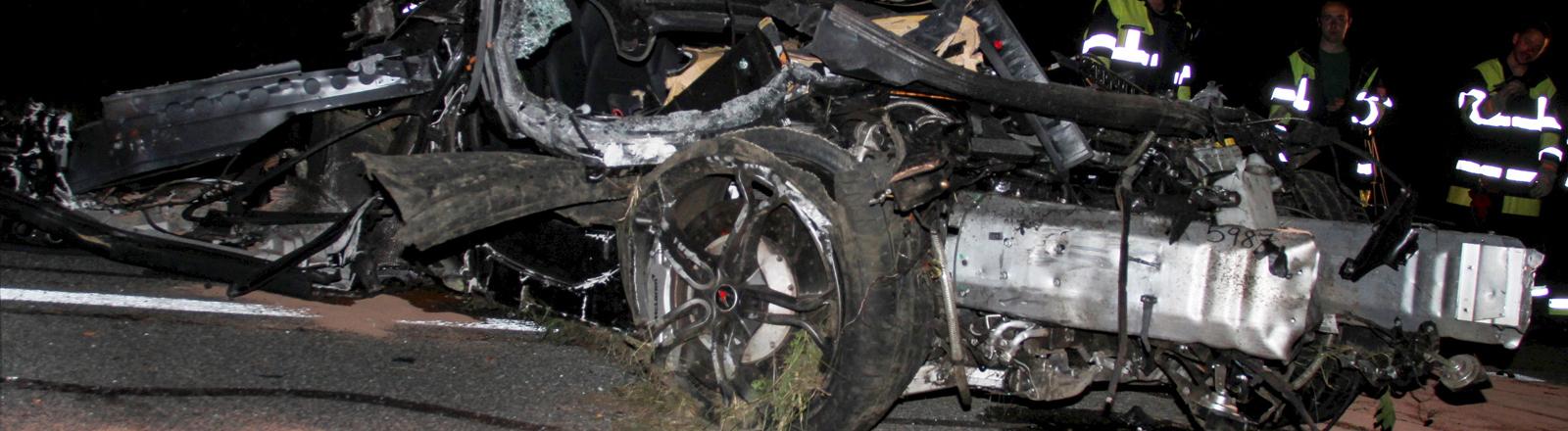 Ein zerstörter Luxus-Sportwagen der Marke McLaren steht in der Nacht zum 22.07.2015 auf der Autobahn A95 bei Großweil im Landkreis Garmisch-Partenkirchen (Bayern).