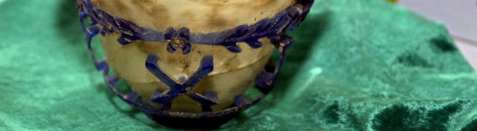 Dieses sogenannte Diatretglas aus dem 3. - 4. Jahrhundert n. Chr. gehört zu einer Reihe antiker Kunstschätze aus Syrien, die von der Zollfahndung in Baden-Württemberg und der Universität Tübingen am 13.1.2003 in Tübingen präsentiert werden.