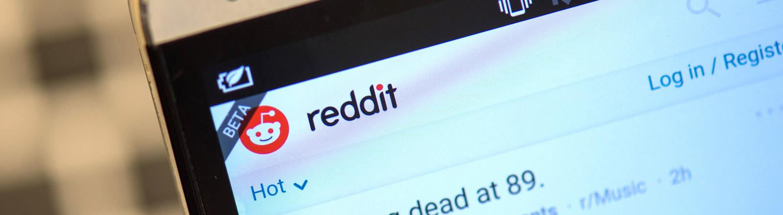 """Die Startseite der Internt-Diskussionsseite """"Reddit"""" ist am 15.05.2015 in Berlin auf einem Smartphone zu sehen."""