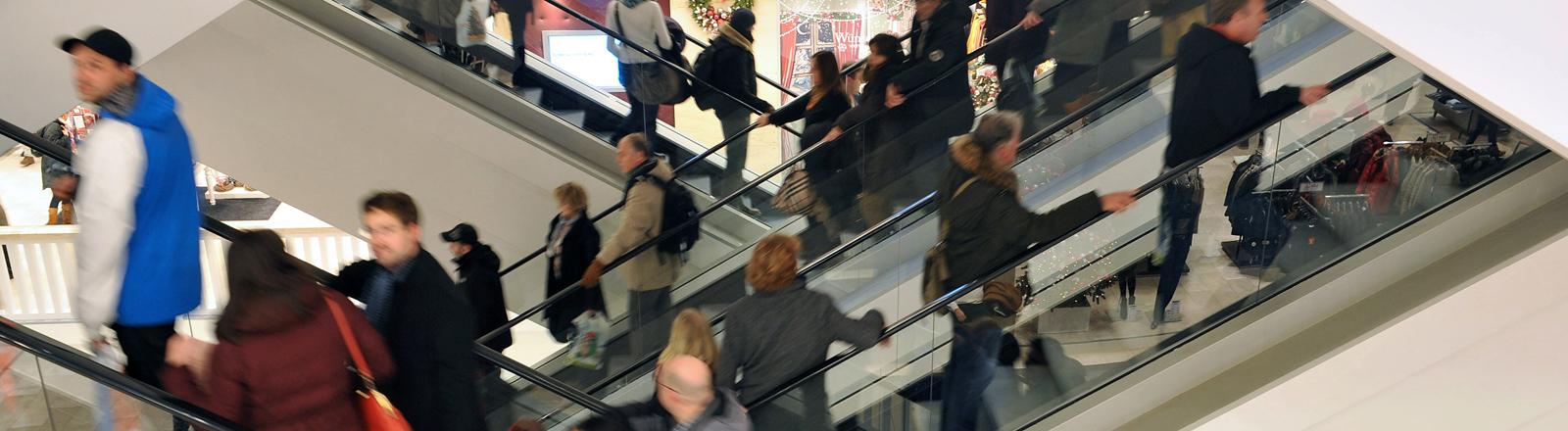 Menschen auf der Rolltreppe bei Galeria Kaufhof in Berlin