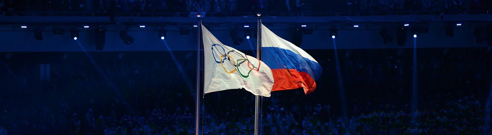 Russische Flagge neben der Olympia-Flagge