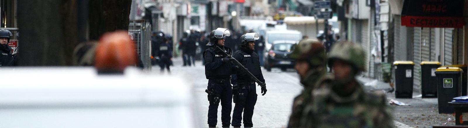 Polizisten bei einem Anti-Terror-Einsatz in Saint-Denis