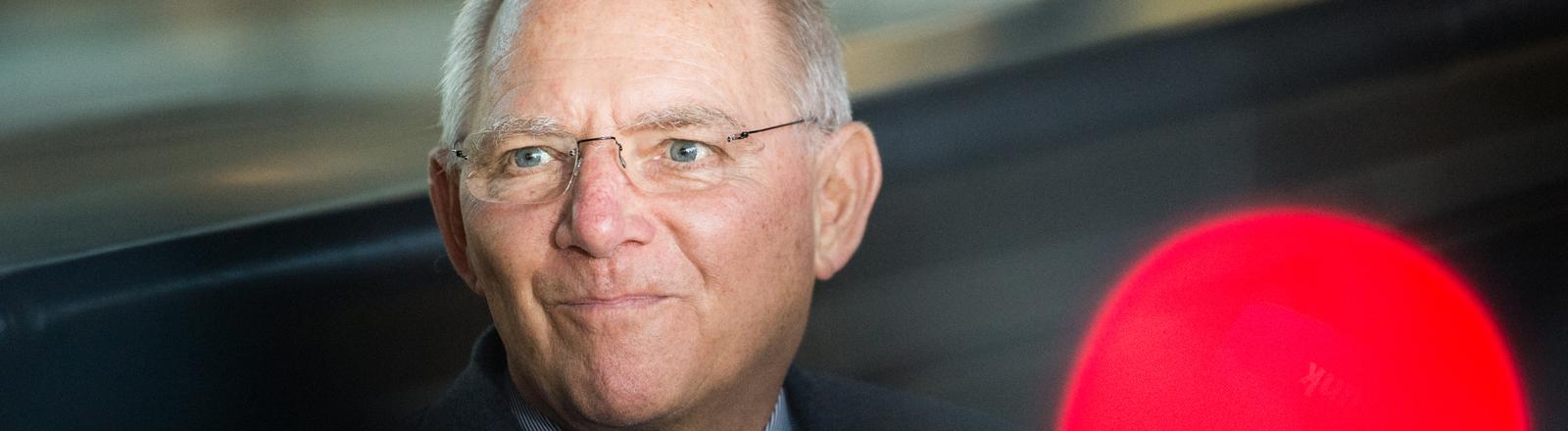 Bundesfinanzminister Wolfgang Schäuble (CDU) gibt am 13.01.2015 vor der Fraktionssitzung der CDU im Bundestag in Berlin ein Statement zum Bundeshaushalt ab.