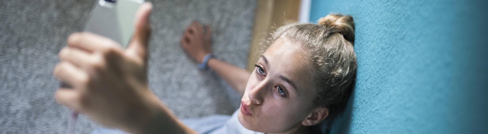 Eine junge Frau macht ein Selfie