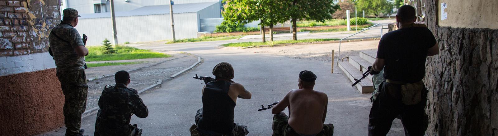 Bewaffnete Mitglieder der Donbass Volunteer Corps in Kramatorsk, Ukraine