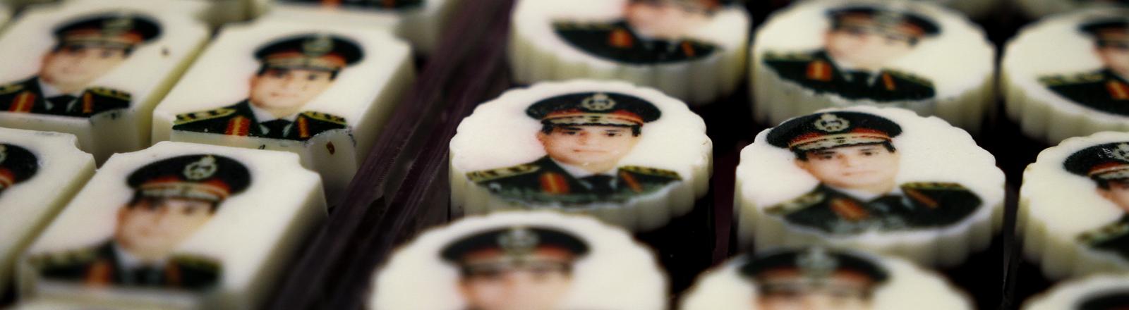 Im vornehmen Stadtteil Kairos, Garden City, werden am 18.12.2013 in einer Konditorei Pralinen mit dem Konterfei des Oberbefehlshaber Ägyptens, Abdel Fattah al-Sisi, verkauft.