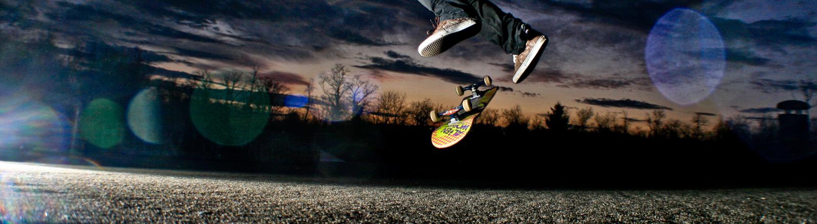 Ein Skater macht einen Kickflip