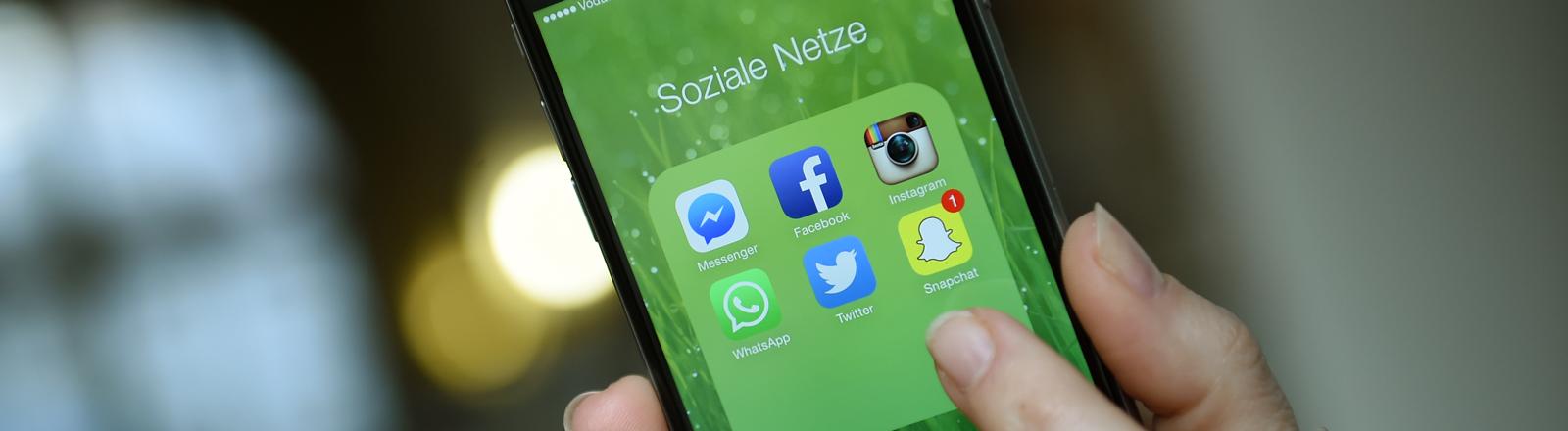 """Auf einem iphone 6 sind am 20.03.2015 die Apps """"facebook"""", """"whats app"""", """"instagram"""", """"Twitter"""", """"Snapchat"""" und """"Messenger"""" zu sehen."""
