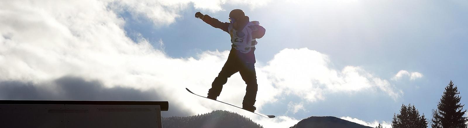 Fahrer beim Slopestyle bei den FIS Snowboard World Championships 2015 in Kreischberg,