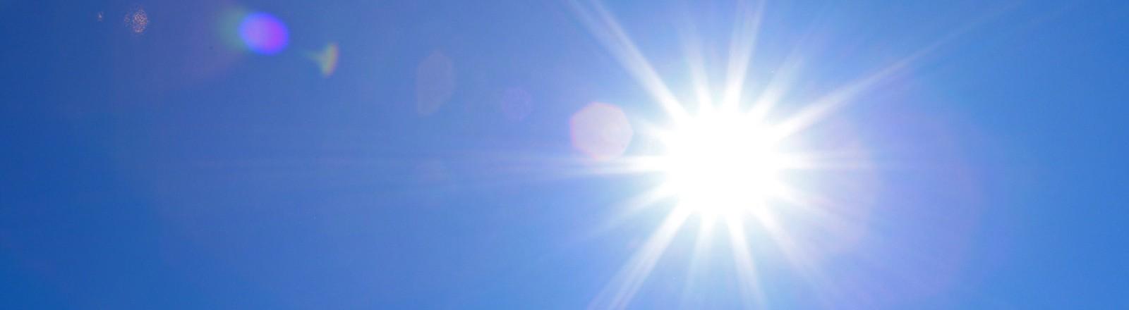 Sonne scheint brutal - blauer Himmel.