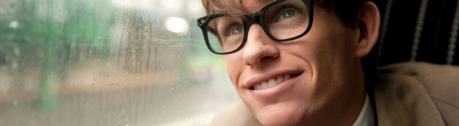 """Eddie Redmayne als Stephen Hawking in einer Szene des Kinofilms """"Die Entdeckung der Unendlichkeit"""" (undatierte Filmszene)."""