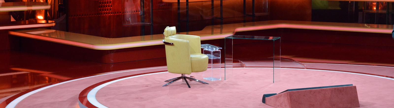 """Ein einzelner Sessel für den Moderator Günther Jauch, aufgenommen am 29.11.2015 vor der letzten ARD-Talksendung """"Günther Jauch"""" zum Thema """"Am Ende eines Krisenjahres - Wolfgang Schäuble bei Günther Jauch"""" im Studio des Berlin Gasometer."""
