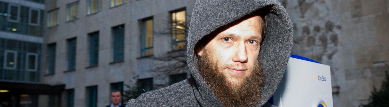 Der salafistische Prediger Sven Lau kommt am 17.12.2014 in Stuttgart (Baden-Württemberg) aus dem Oberlandesgericht. Lau war als Zeuge im Prozess gegen drei Angeklagte wegen des Vorwurfs der Mitgliedschaft und Unterstützung einer terroristischen Vereinigung geladen.