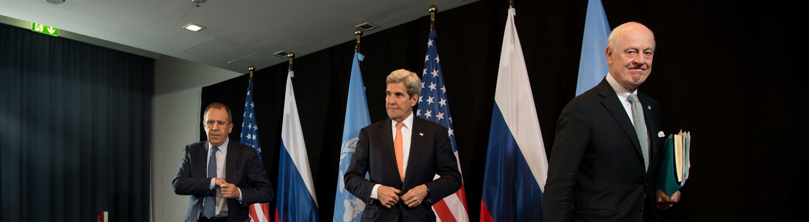 Der Außenminister von Russland, Sergej Lawrow (l-r), der Außenminister der USA, John Kerry, und der UN-Syrien-Sondergesandte Staffan de Mistura verlassen am 12.02.2016 in München (Bayern) nach der Syrien-Konferenz nach einer Pressekonferenz das Podium.