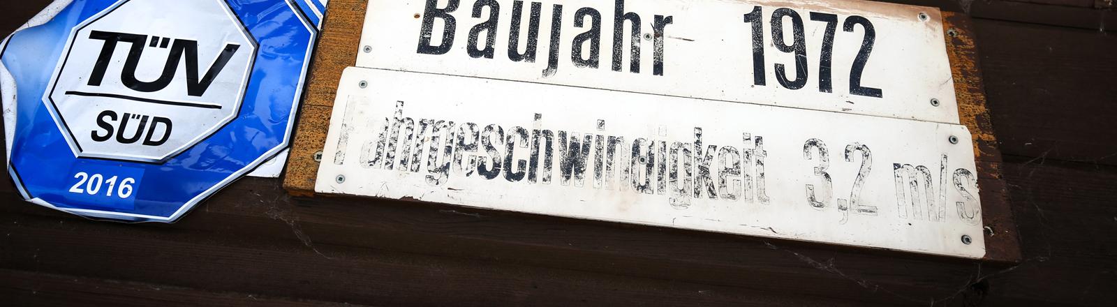 """Ein Schild mit der Aufschrift """"Baujahr 1972"""" hängt am 28.01.2015 am Kassenhäuschen der Talstation des Wildbergliftes in Tettau (Bayern) neben einem TÜV-Siegel."""