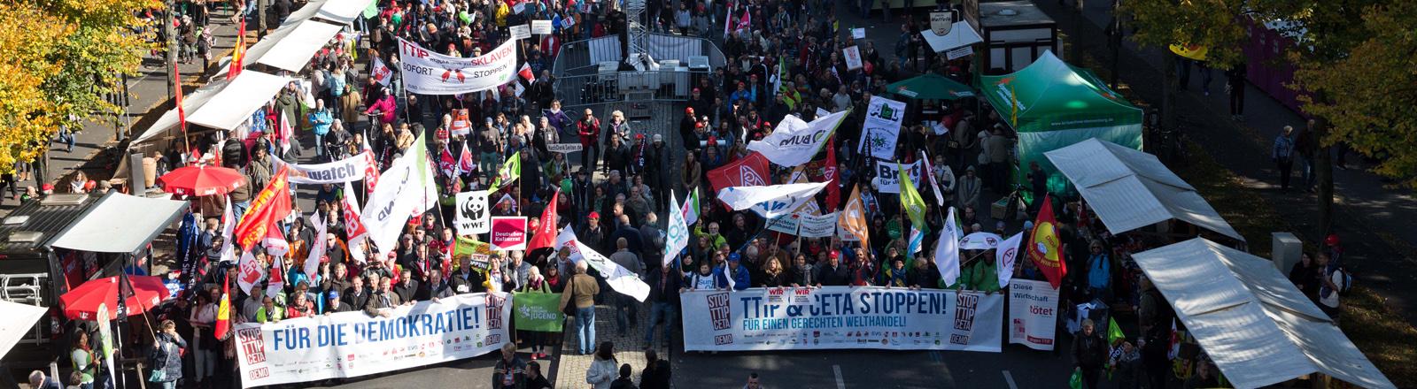 Mehrere tausend Menschen nehmen am 10.10.2015 in BCetaerlin mit Plakaten und Mottowagen an einer Demonstration gegen das transatlantische Handelsabkommen TTIP (USA) und Ceta (Kanada) teil.