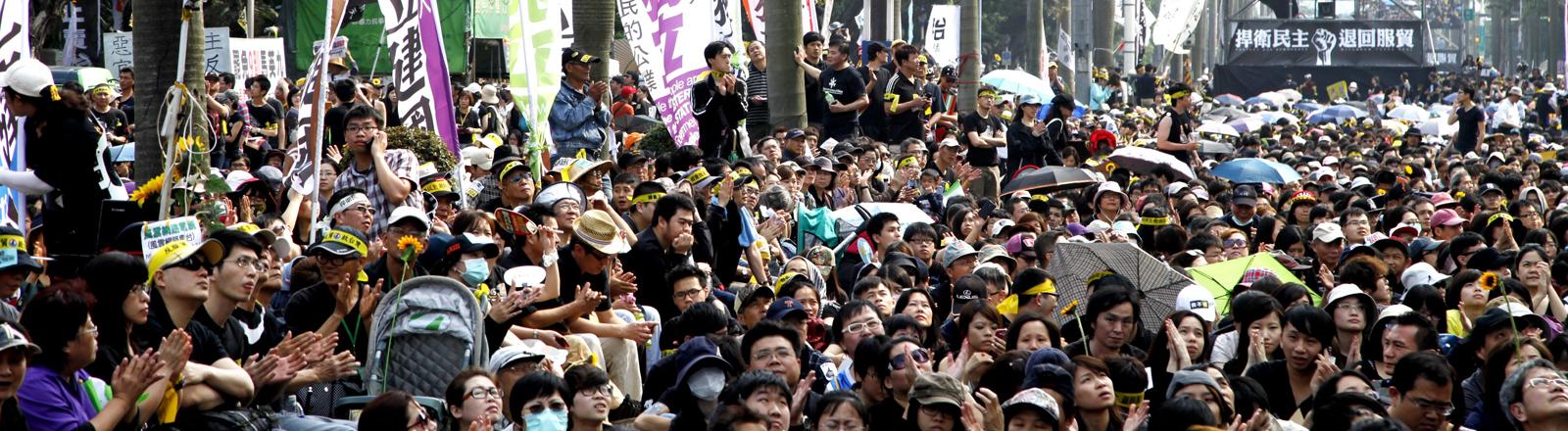 Demonstranten protestieren in Taiwan gegen ein Handelsabkommen mit China