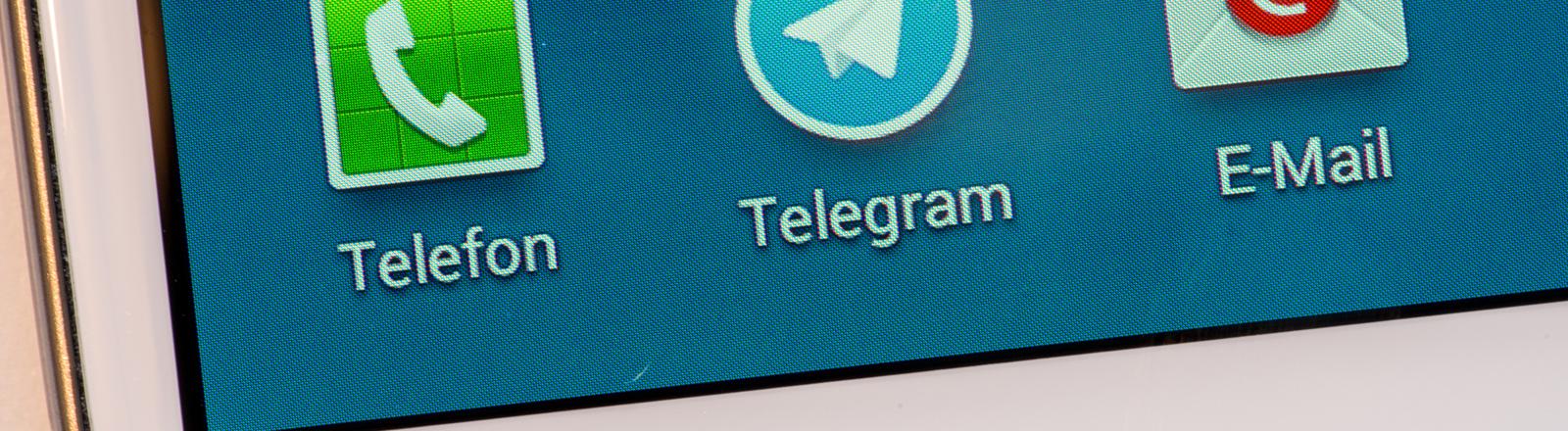 Das Logo von dem Kurznachrichtendienst Telegram neben denen für Telefon und E-Mail, aufgenommen am 25.02.2014 auf dem Display eines Smartphones in Straubing (Bayern).