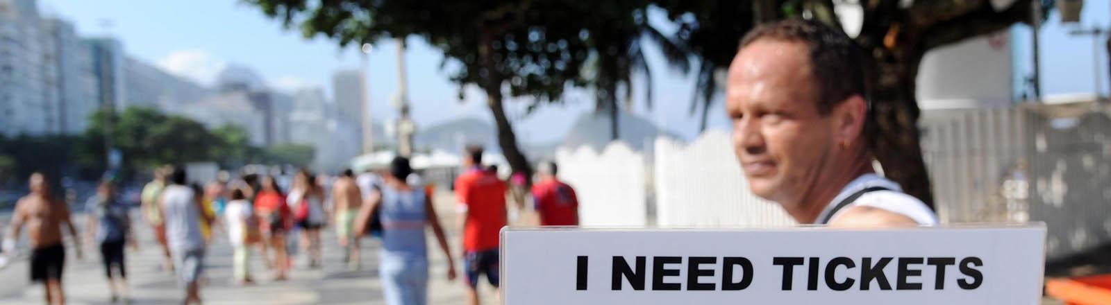 Ein Mann sucht an der Copacabana nach WM-Tickets