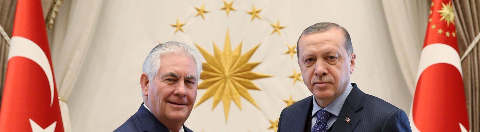 Rex Tillerson (llinks) und Recep Tayyip Erdoğan schütteln sich die Hände