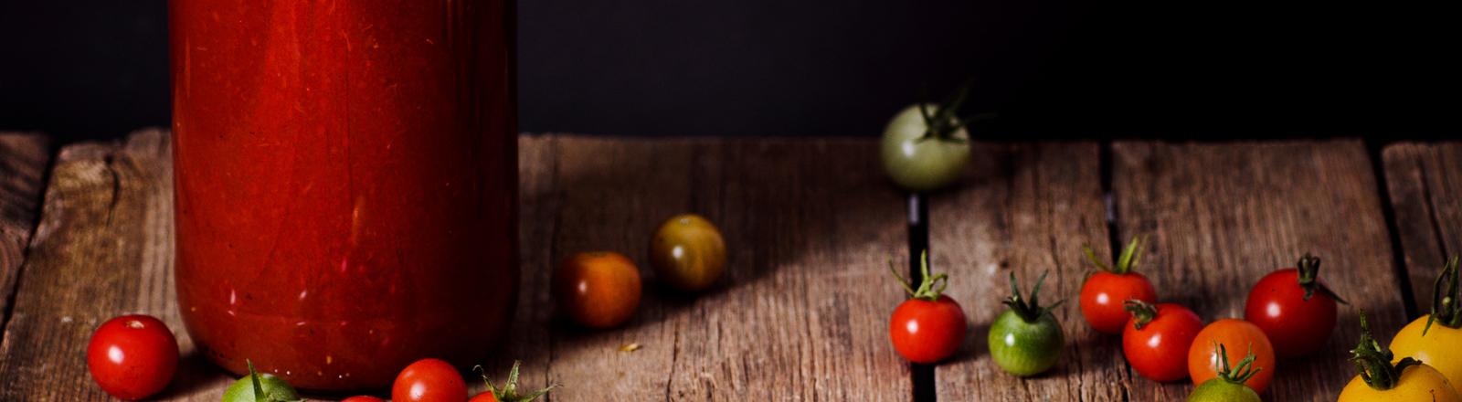 Eine Flasche Ketchup und einige Tomaten