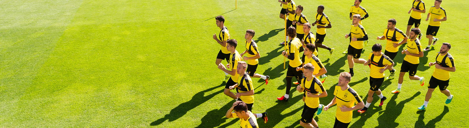 Bundesliga, Trainingslager Borussia Dortmund am 04.08.2016 in Bad Ragaz, Schweiz. Die Spieler von Borussia Dortmund laufen Ihre erste Runde über den Platz.
