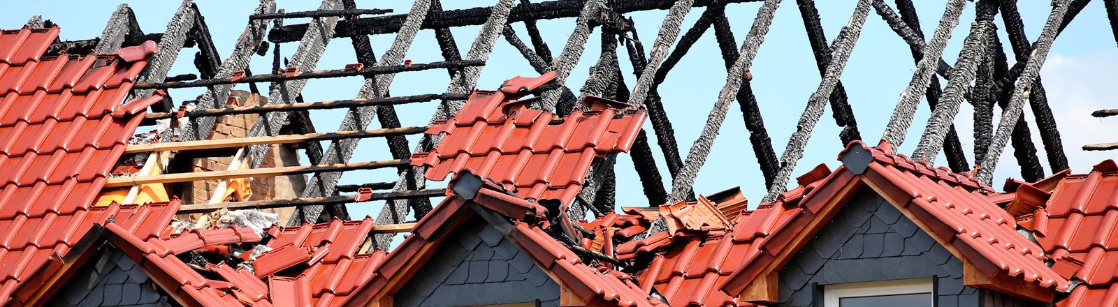 lick auf den durch ein Feuer beschädigten Dachstuhl der geplanten Asylunterkunft in Tröglitz (Sachsen-Anhalt), aufgenommen am 10.06.2015.