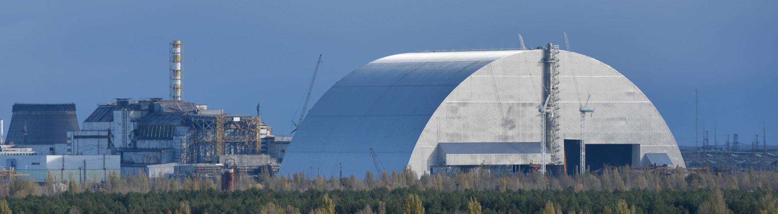 Die neue Hülle über dem Reaktor von Tschernobyl