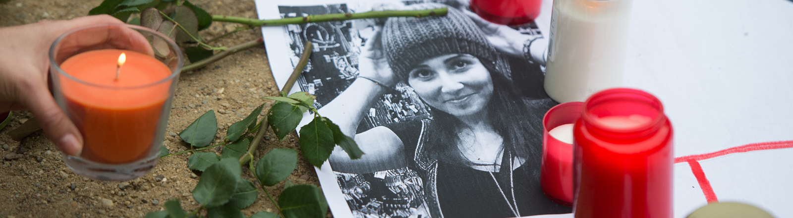 """Demonstranten haben am 30.11.2014 in Berlin bei einer Kundgebung Plakate mit der Aufschrift """"Unsere Heldin Tugce"""" sowie Bilder und Kerzen zum Gedenken an die Studentin abgelegt."""