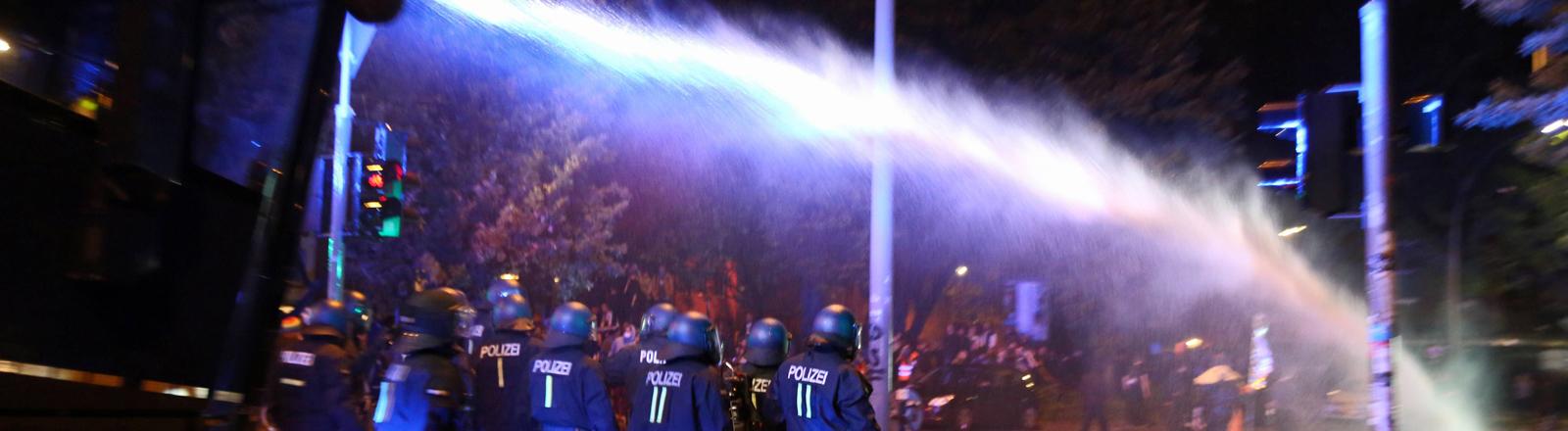 """Wasserwerfer bei der """"Welcome-to-Hell""""-Demonstration in Hamburg"""