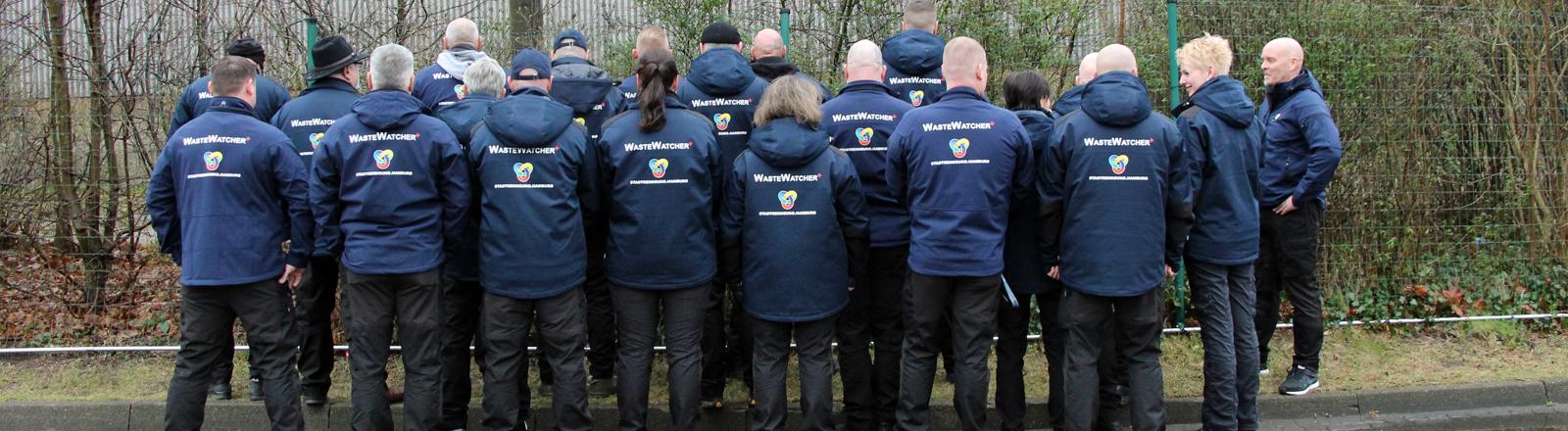 Rückenansicht: das Team der Waste Watcher im Januar 2018