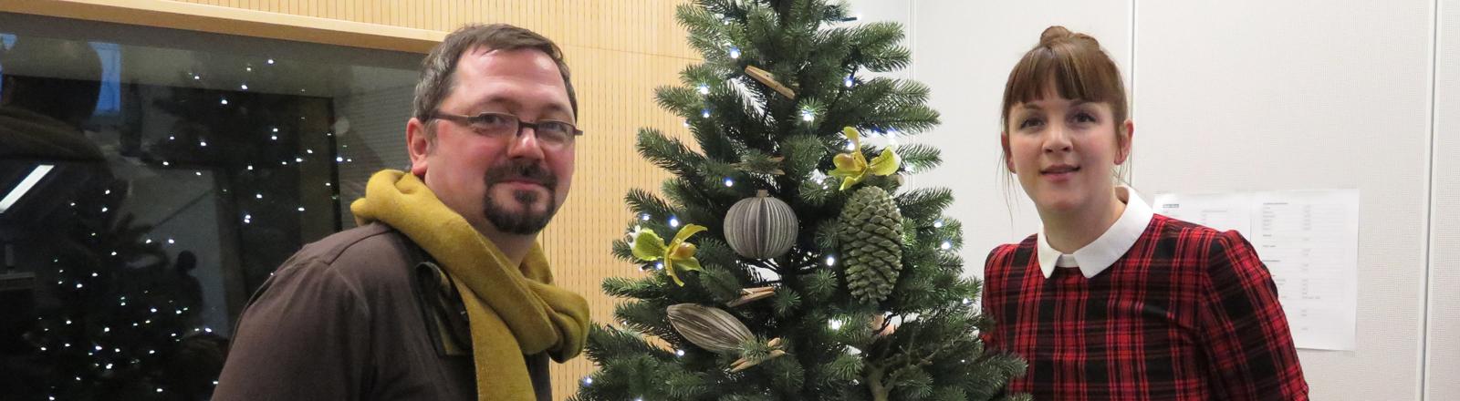 """Bernd Steiner, Florist bei """"Blumen von Steiner"""" und Marlis Schaum vor einem Weihnachtsbaum"""