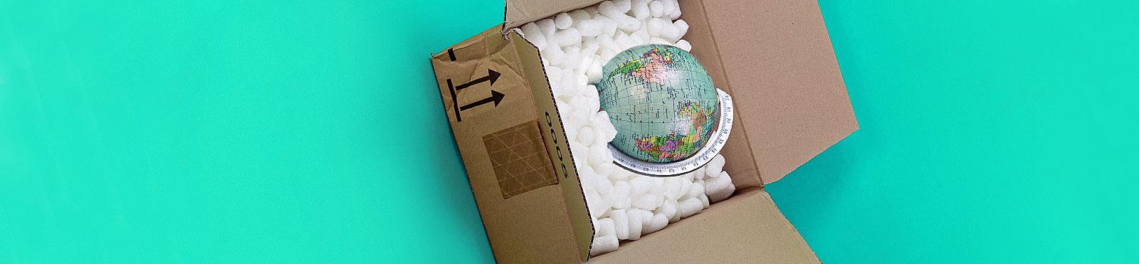 Kleine Weltkugel, eingepackt in Karton