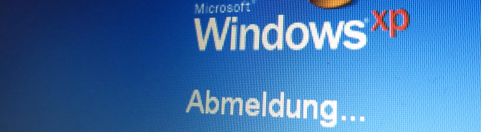 """Das Logo des Windows-Betriebssystems und der Schriftzug """"Abmeldung"""" ist am 30.03.2014 in Kassel auf dem Monitor eines Laptops zu sehen."""