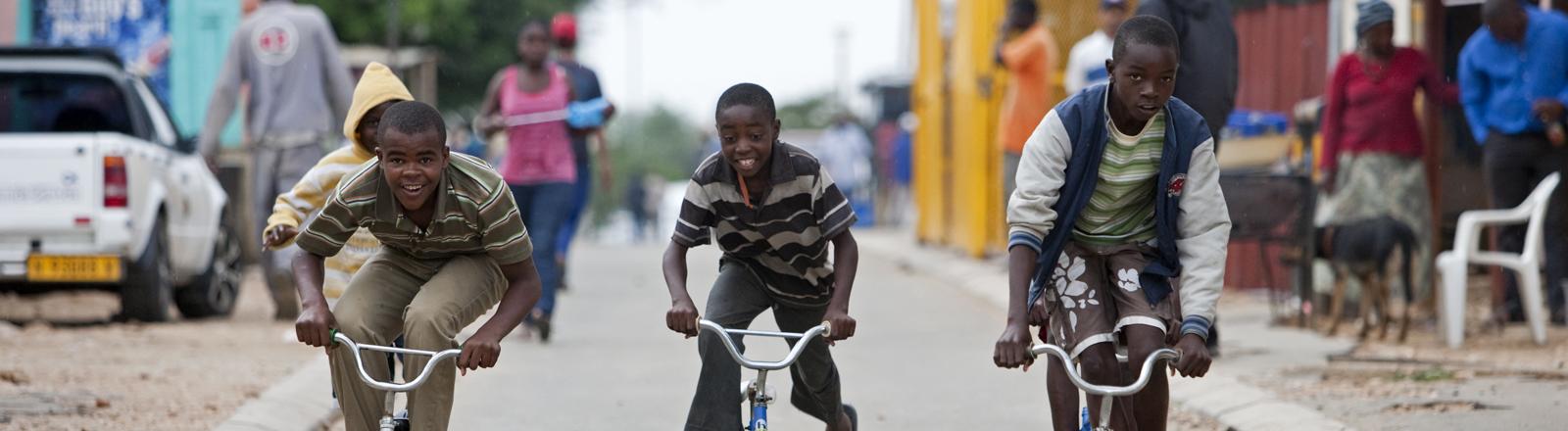 Straßenszene im Stadteil Katutura, dem groessten Township Windhoeks, aufgenommen am 04.02.2013.
