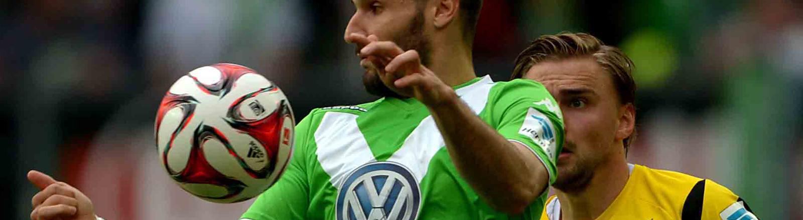 VfL Wolfsburg - Borussia Dortmund am 16.05.2015 in der Volkswagen-Arena in Wolfsburg (Niedersachsen). Der Wolfsburger Daniel Caligiuri (l) und Dortmunds Marcel Schmelzer kämpfen um den Ball.