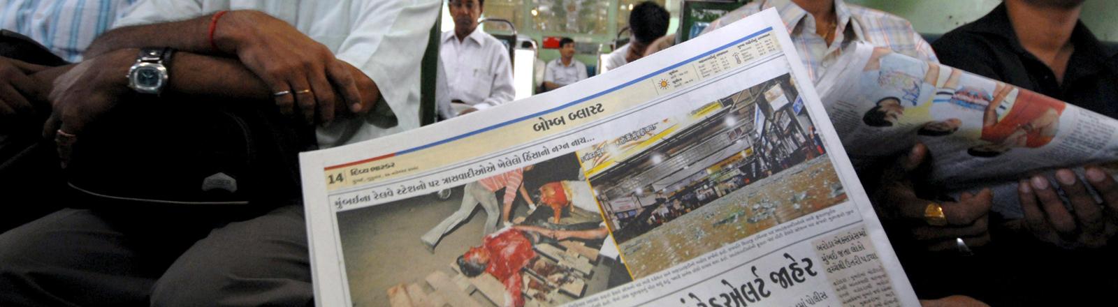 Ein Pendler mit Zeitung in Indien