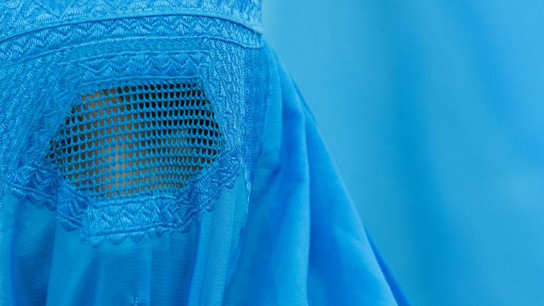 """Eine Burka trägt eine Besucherinnen der Ausstellung """"Burquoi"""" am 22.11.2012 im Kunstverein in Wiesbaden."""