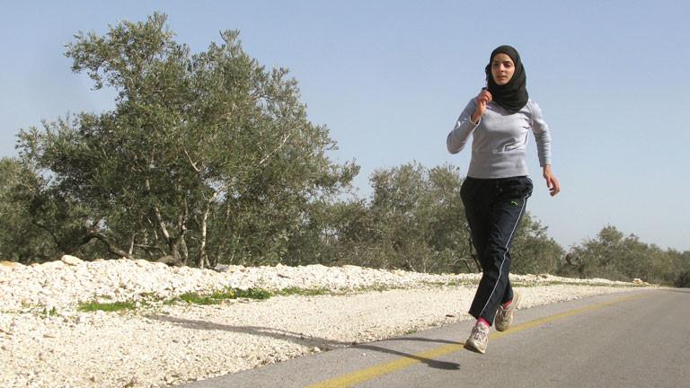 Die palästinensische Leichtathletin Worud Sawalcha trainiert am 20.03.2012 auf einer Teerstraße in der Nähe ihres Heimatdorfes Assira Schamalije bei Nablus im Westjordanland.