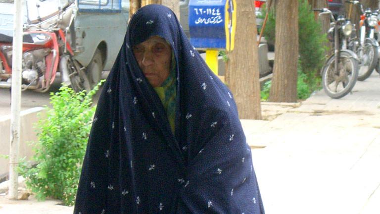 Eine Frau im traditionellen Taschador, aufgenommen im April 2007 in Schiraz.