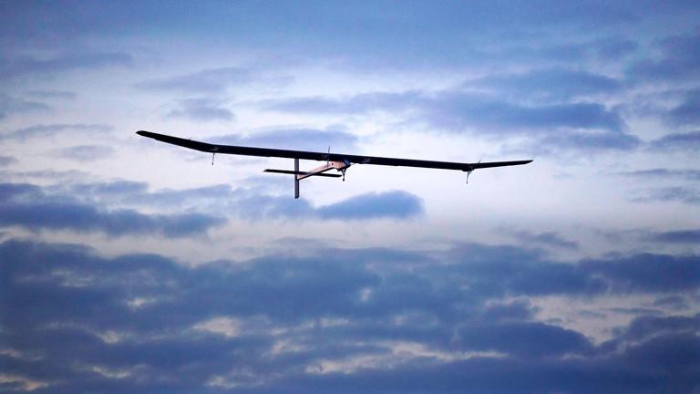 Das Solarflugzeug Solar Impulse am Himmel.