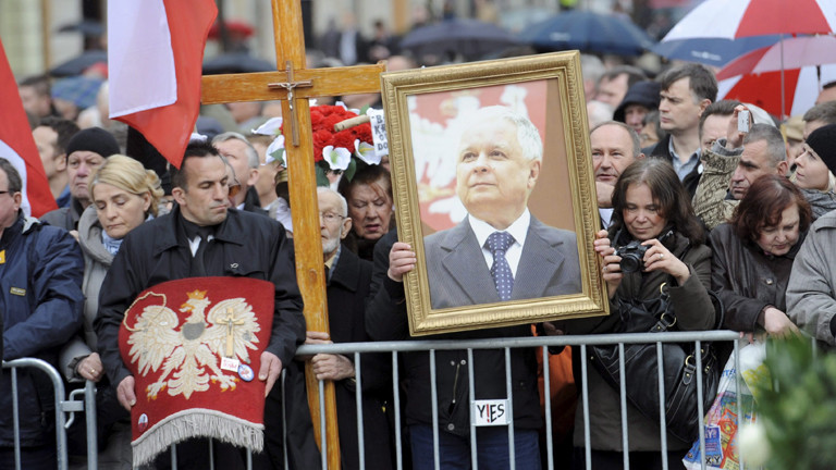 In Warschau erinnern Menschen an Lech Kaczynski, den polnischen Präsidenten, der beim Flugzeugabsturz in Smolensk um Leben kam.