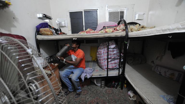 Archivbild von 2012: Ein Wanderarbeiter sitzt auf einem Etagenbett in seiner Unterkunft in Katar.