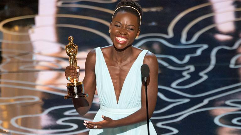 Die kenianische Schauspielerin Lupita Nyong'o hält am 03.03.2014 ihren Oscar in der Hand und strahlt glücklich.